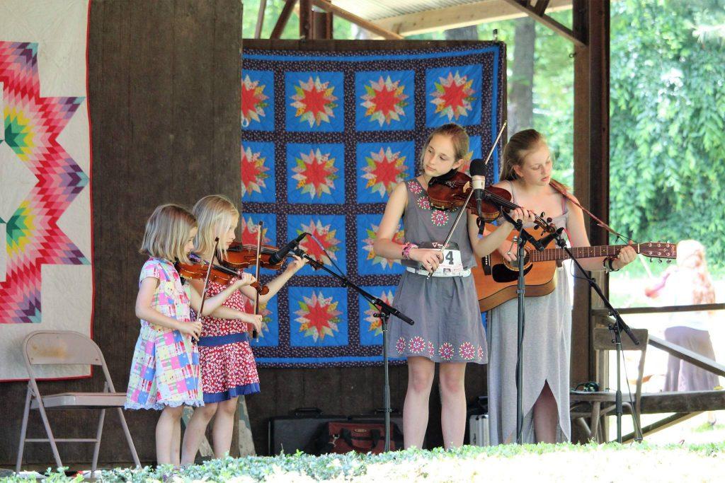 Kemeriahan Pertunjukkan Biola di Fiddler's Grove, USA